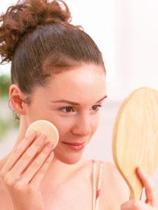 化粧品を使う女性1